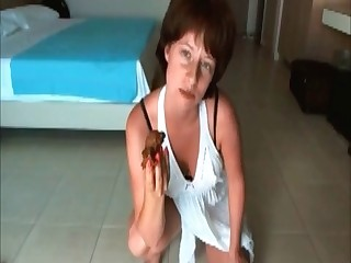 Amateur milf shits in bedroom